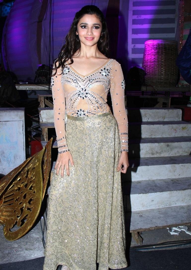 Model Alia Bhatt Long Hair Stills In Green Dress