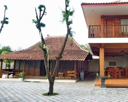 Tinuku.com De Omah Slili hostel integrate classic Limasan house and contemporary buildings through wood materials medium