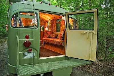 Un pequeño Autobus retro para viajar al estilo Hippie.