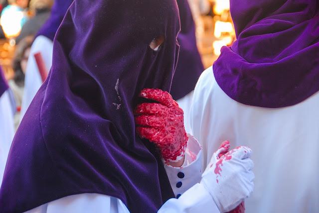 Nazareno con cirio en la Madrugá Semana Santa Sevilla