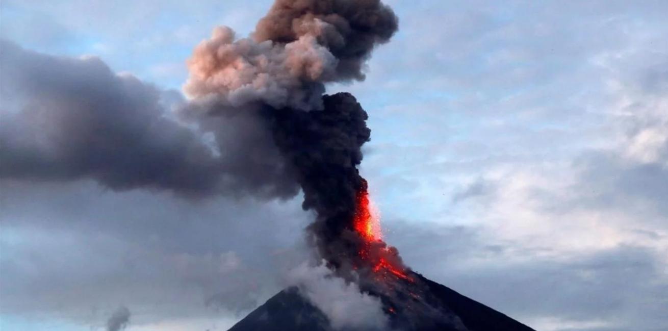 Messico: eruzione del vulcano Popocatépetl con fumo alto 2 Km.