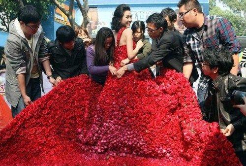قدم لزوجته فستان   مصنوع من 9999 زهرة في عيد الحب dress_9999_roses_01.