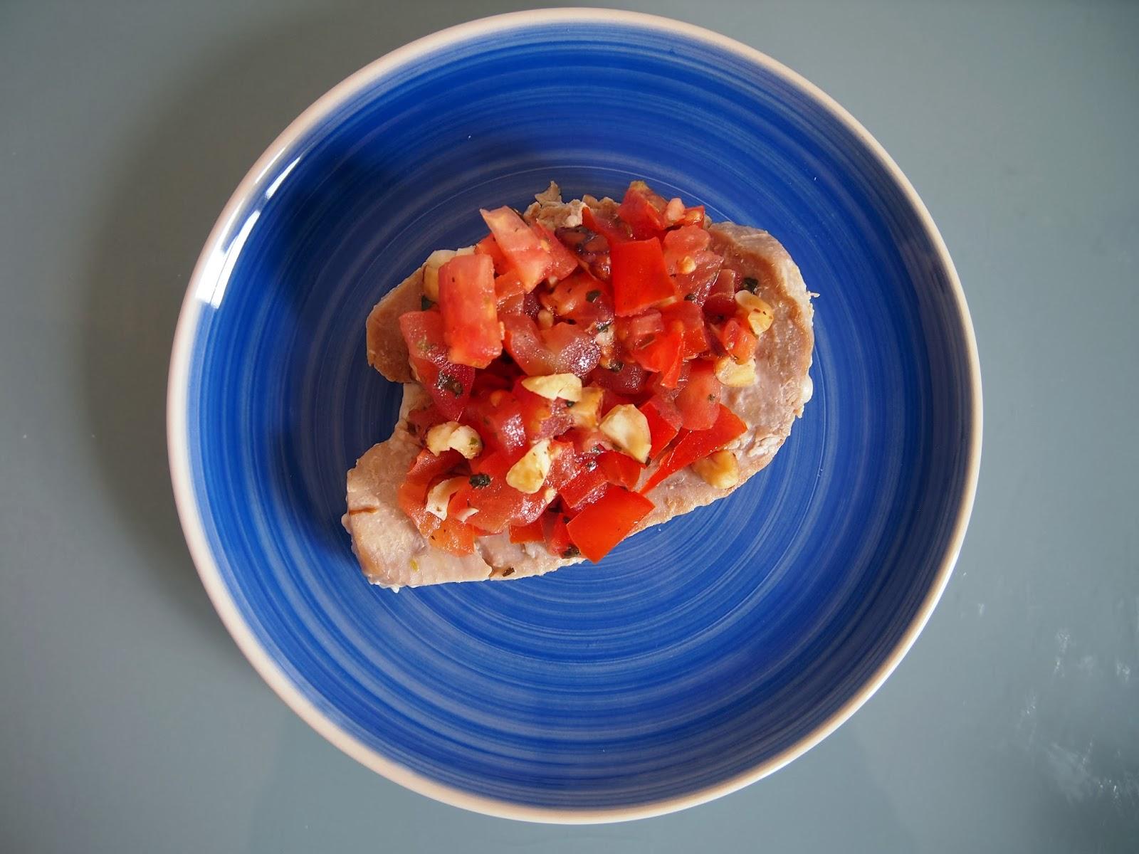 atún asado con aliño de tomates y avellanas