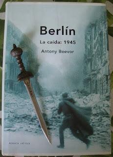 Portada del libro Berlín. La caída: 1945, de Antony Beevor