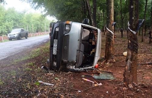 Gia Lai: Lật xe khách khiến 2 phụ nữ thương vong