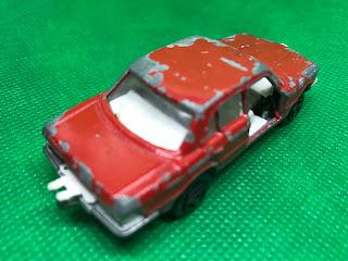 メルセデスベンツ 450SE のおんぼろミニカーを斜め後ろから撮影