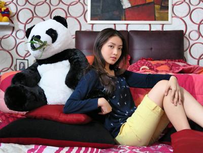 foto natasha wilona cantik duduk di sofa