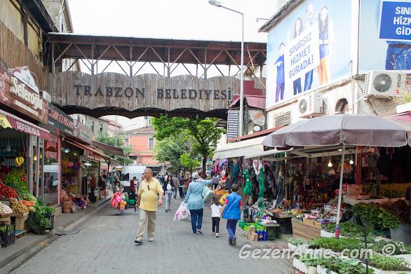 Trabzon çarşısında dolaşırken
