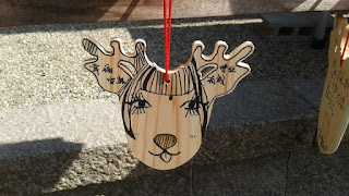 Tablilla de deseos con forma de cabeza de ciervo