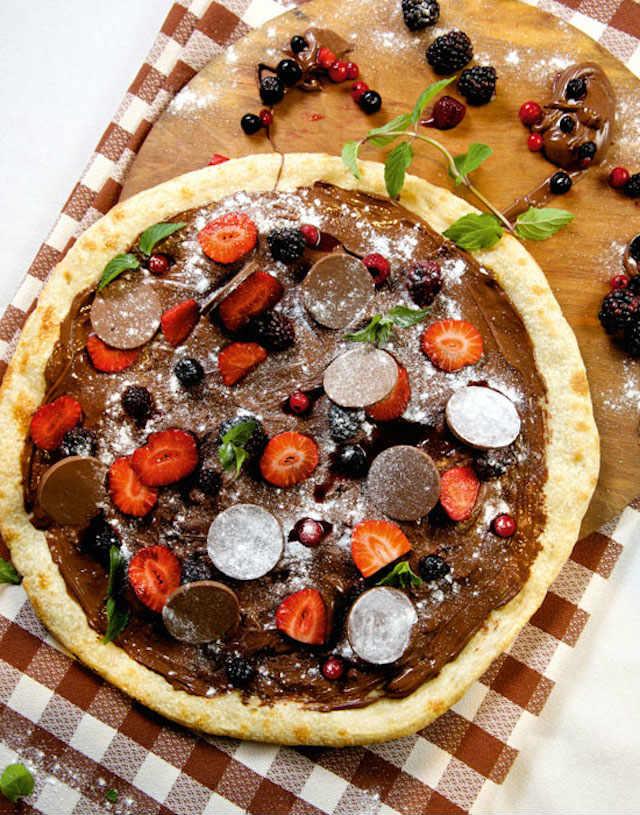 10 recetas de pizzas dulces para el postre: Pizza frutas y crema de cacao