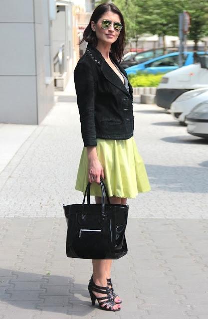 neonowa rozkloszowana spódnica, aviatory lustrzanki, czarna ramoneska, w jej stylu, kobiety, streetstyle