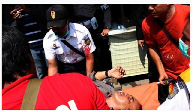 TRAGIS !! Ricuh Penggusuran PT KAI, FOTO : Bentrokan Polisi dengan warga, 1 Tewas Belasan Luka Luka
