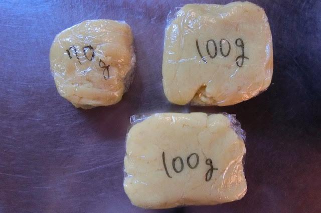 完成したさつまいもクリームはラップに包んで小分けし、冷凍保存します。その際、重量を書いておくと使う時便利です。