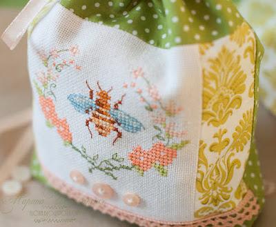 мешочек для хранения своими руками пошито с вышивкой, украшено пуговицами и кружевом