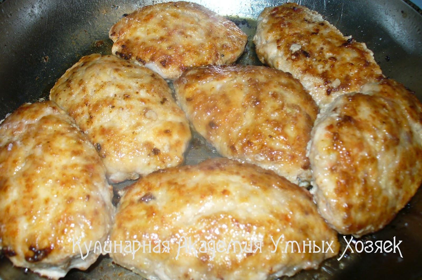 котлеты из свинины и курицы на сковороде
