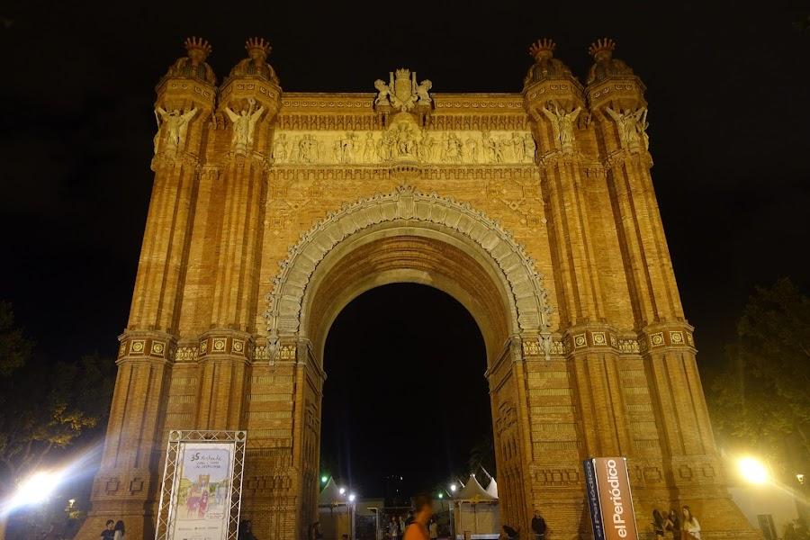 凱旋門と「35回 カタルーニャのワインとカヴァの展示販売会(35a Mostra de Vins i Caves de Catalunya)」の会場