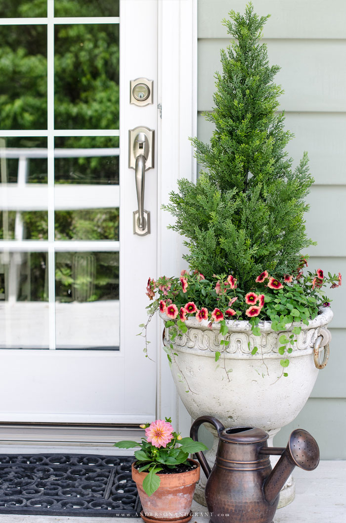 Easy way to decorate your summer porch #summerporch #DIY #frontporch #andersonandgrant