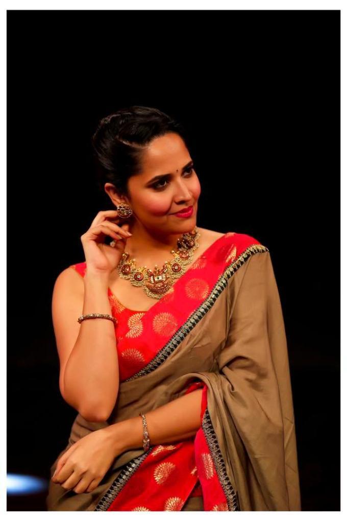 Indian TV Anchor Anasuya Hot In Sleeveless Mehndi Saree