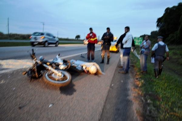 Motociclista morre após bater em traseira de caminhão na SP-340
