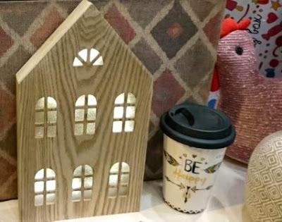 Vaso de cerámica letras Be Happy con tapa. Casa madera