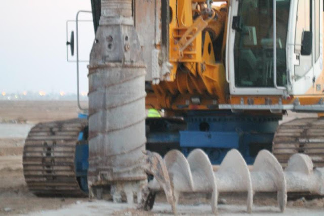 Picture of piling machine on the Kingdom Tower construction site