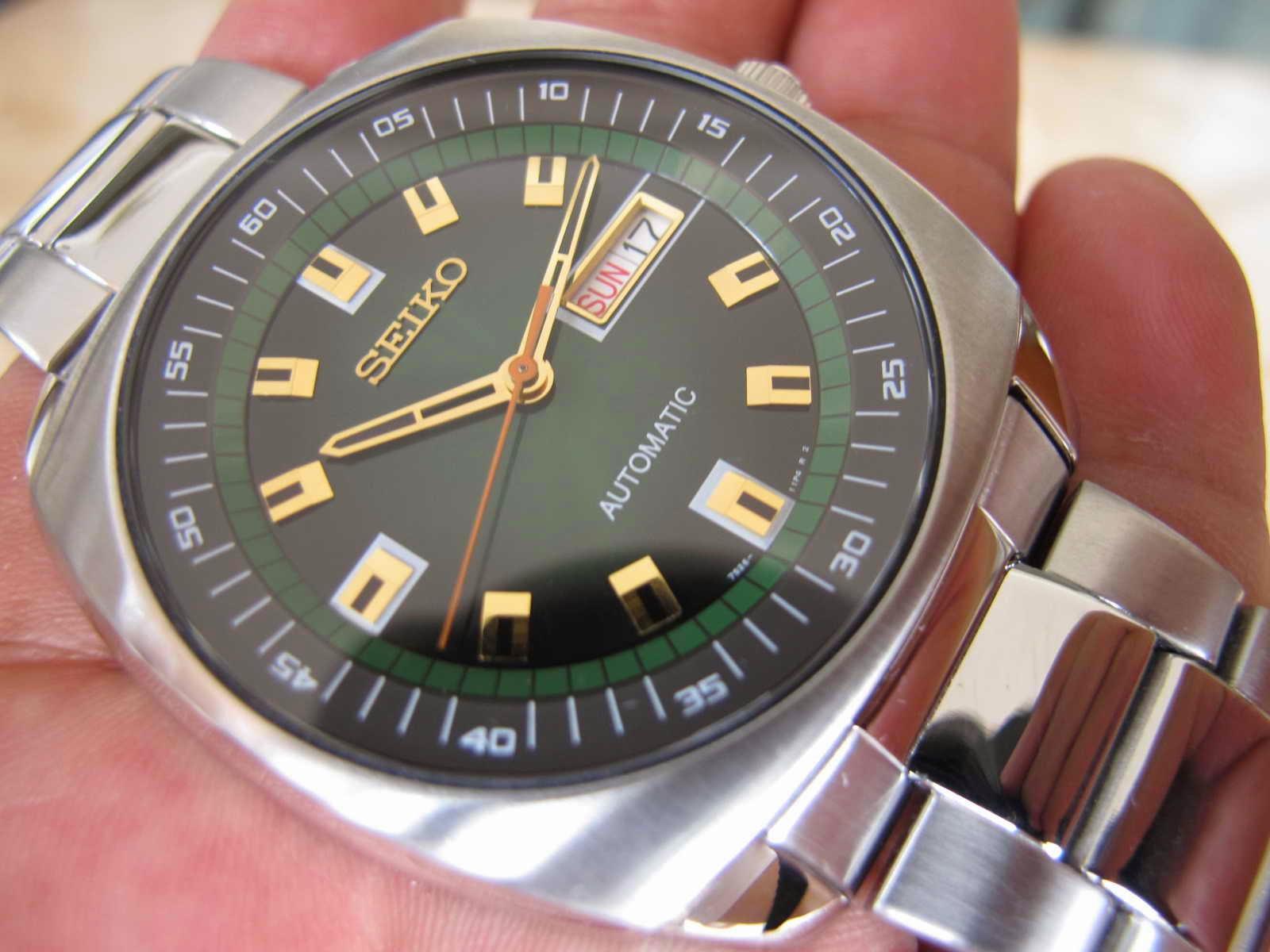Cocok untuk Anda yang memang sedang mencari jam tangan dengan warna dial  hijau berpadu manis dengan warna Gold pada index dan Hands. f407266f3c