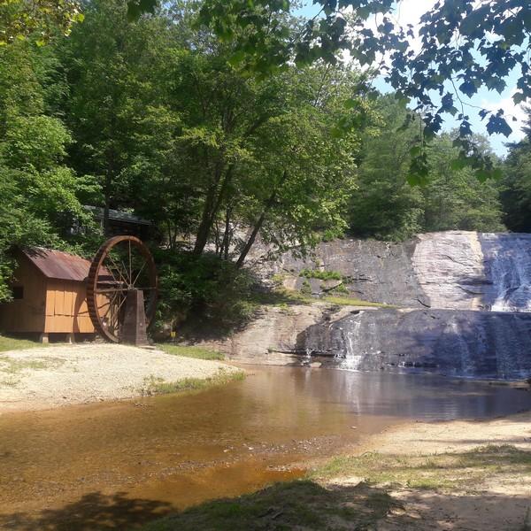 Moulin sous les chutes de Moravian Falls