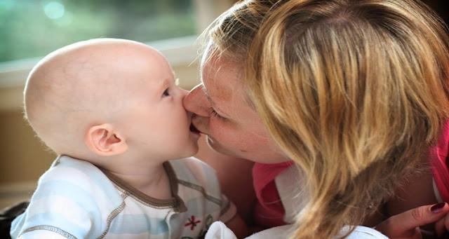 لماذا لا يجب تقبيل الطفل الرضيع من الفم والشفاه...بلغوها لكل الآباء و الأمهات