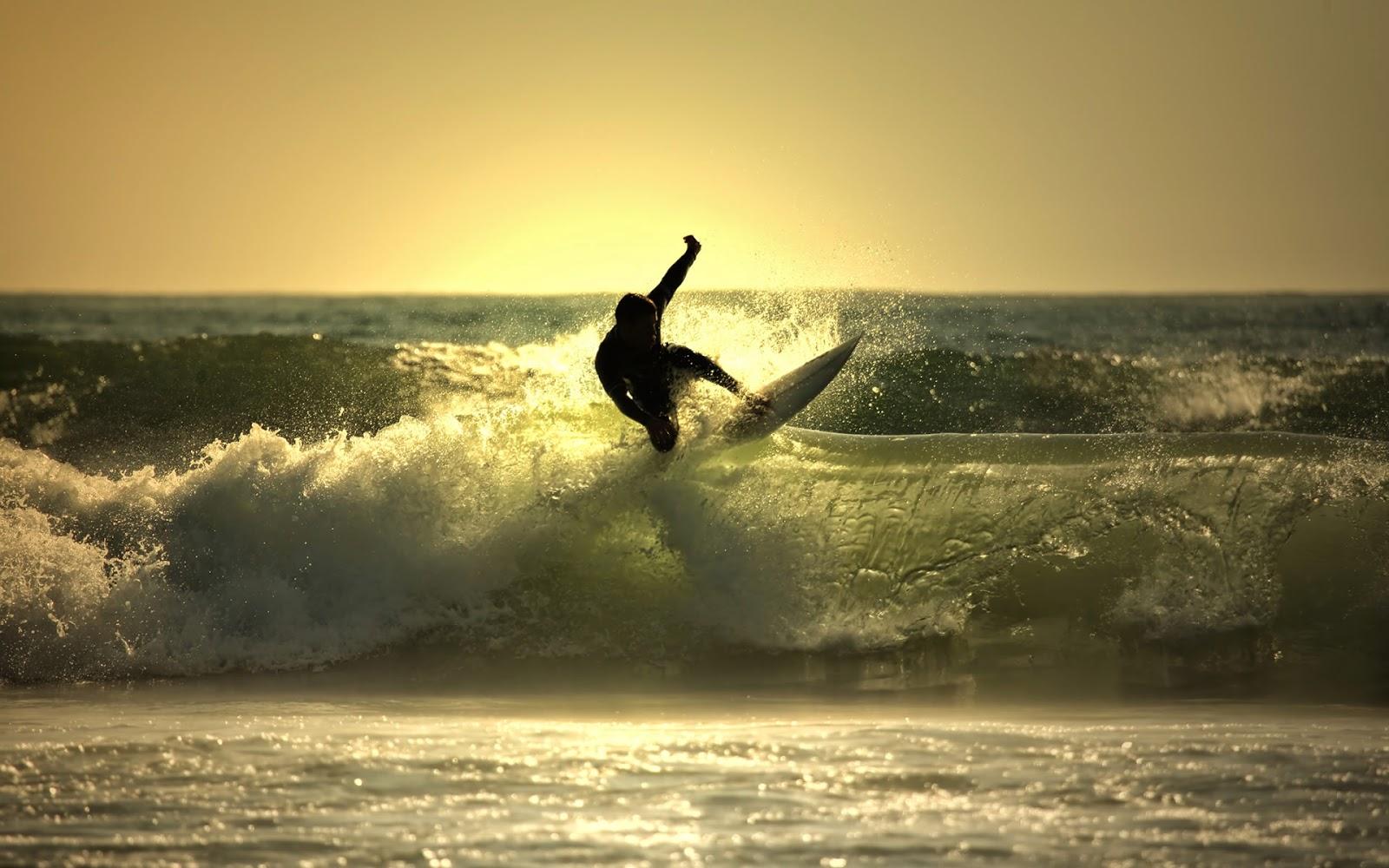 Surfer op een golf in de zee