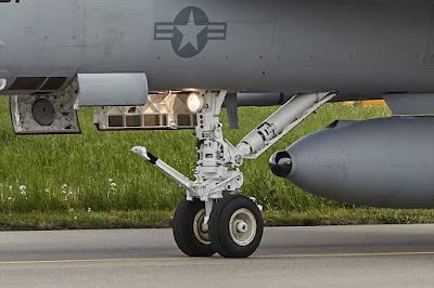 Lockheed Martin IRST21 Sensor integriert im Centerline Treibstofftank Passives IR System für grosse Reichweiten