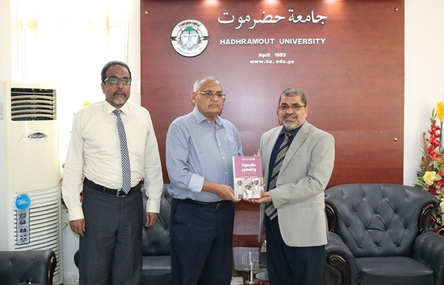 رئيس جامعة حضرموت يلتقي نائب رئيس جامعة الأحقاف ورئيس الجالية اليمنية في أفريقيا بالمكلا