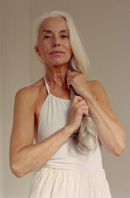 Ella es Yazemeenah Rossi: Es una modelo y tiene 60 años