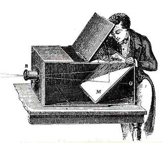 """Sejarah Perkembangan Kamera Pada tahun 1824, seorang seniman lithography Perancis, Joseph-Nicephore Niepce (1765-1833) berhasil melahirkan sebuah imaji yang agak kabur di atas pelat logam yang dilapisi aspal, setelah delapan jam mengekspos pemandangan dari jendela kamarnya, melalui tehnik yang disebutnya """"heliogravure"""" (proses kerjanya mirip lithograph). Percobaan ini berhasil pula mempertahankan gambar secara permanen. Kemudian pada tahun 1826 Niepce mencoba menggunakan tehnik """"heliogravure"""" pada camera obscura berlensa. Keberhasilan percobaan inilah yang akhirnya menjadi sejarah awal fotografi yang sebenarnya. Foto yang dihasilkan Niepce dari hasil percobaannya kini tersimpan di University of Texas di Austin, AS. Pada tanggal 19 Agustus 1839, Louis- Jacques Mande"""