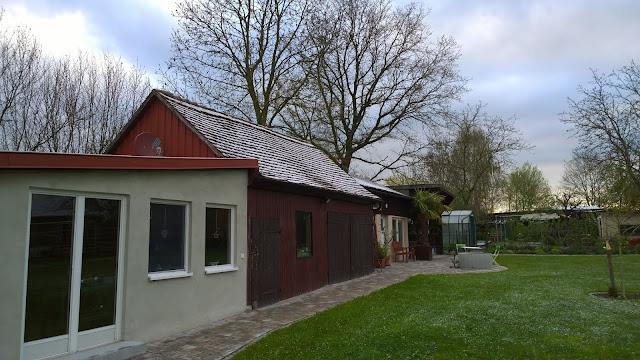 vorne Hüttenzauber, dahinter Werkstattscheune im Zustand von April 2016 (c) by Joachim Wenk