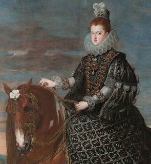 la reina posa a caballo, vestida con ricas vestimentas oscuras y sombrero.