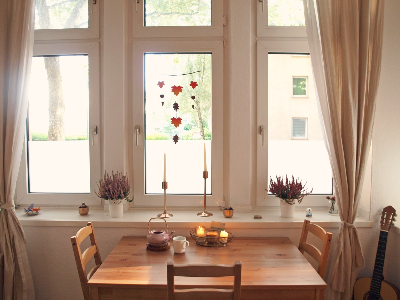 diy deko herbst deko mobile aus selbstgebasteltem laub. Black Bedroom Furniture Sets. Home Design Ideas