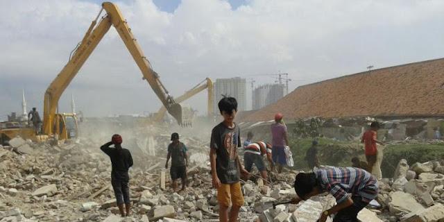 Inilah 6 Keanehan Jelang Pilkada DKI - puluhan pemulung menyerbu sisa bangunan untuk mencari besi dan kayu