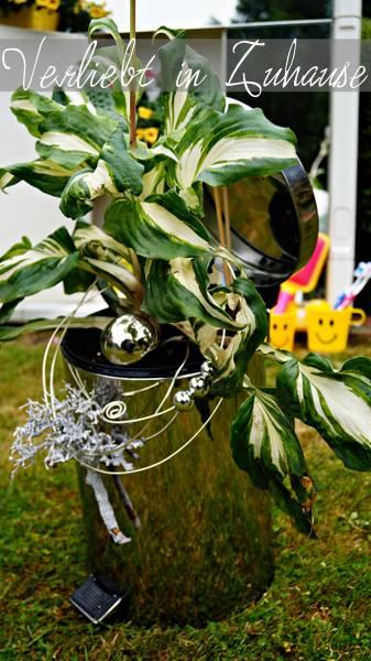 Außergewöhnliche Gartendeko und kreative Upcycling Idee: Ein glänzender Mülleimer als Blumentopf