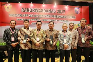IMG 20171130 WA0015 - Mewakili Mendagri,  Gubernur Kaltara Berikan Cenderamata Kepada Perwakilan Jaksa Agung