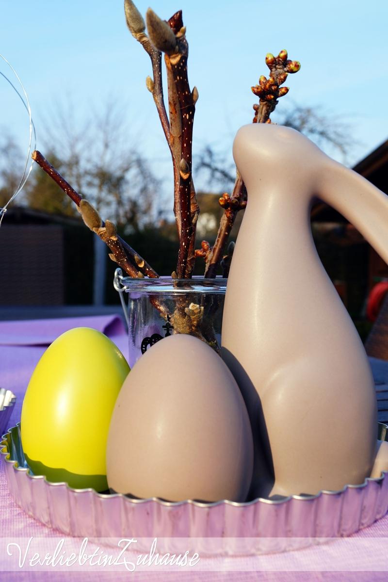 Tischdeko im Frühling für den Garten mit Osterhase und Ostereier