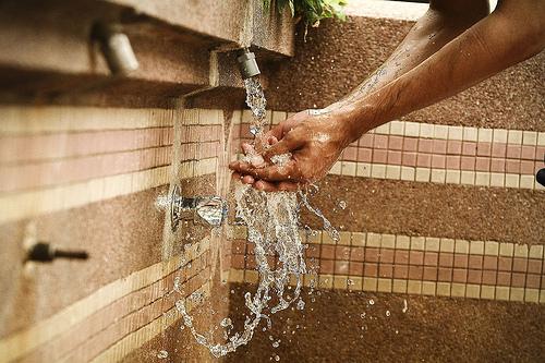 status air dalam ember hasil bekasan wudhu'