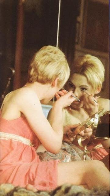 Edie sedgwick aplicando maquiagem