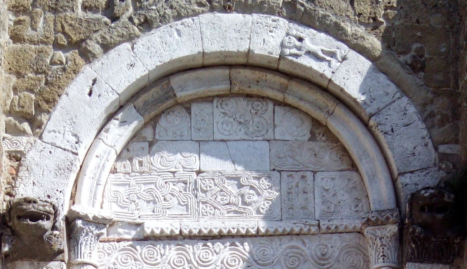 Closeup da decoração românica da Catedral de Sovana