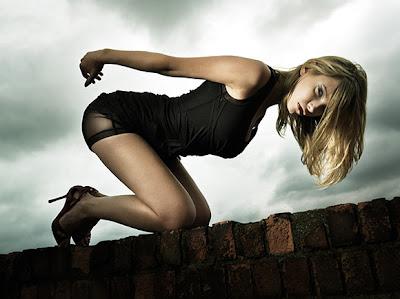 Mujer rubia hermosa usando un vestido negro de moda
