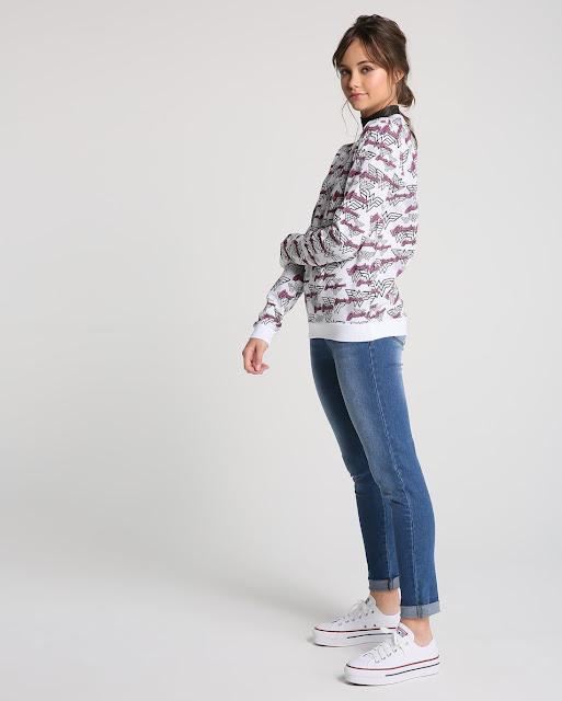 Com decote careca e mangas longas, o modelo apresenta estampa divertida a Mulher Maravilha por toda a peça.