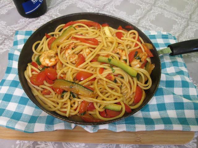 frigideira servindo macarrao com camarao e verdura