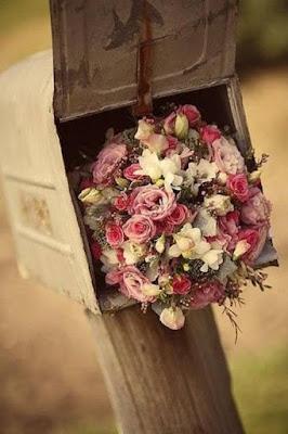Το γραμματοκιβώτιο γέμισε λουλούδια