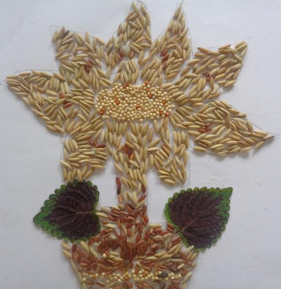 Kolase Gambar Bunga dan Vas Bunga dari Biji Padi, Wijen, dan Beras Merah