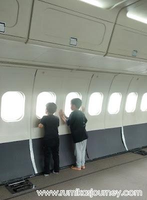 bagian dalam pesawat garuda di museum transportasi tmii