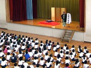 学校で開催された三遊亭楽春の楽しく学べる落語会(芸術鑑賞会)の風景です。